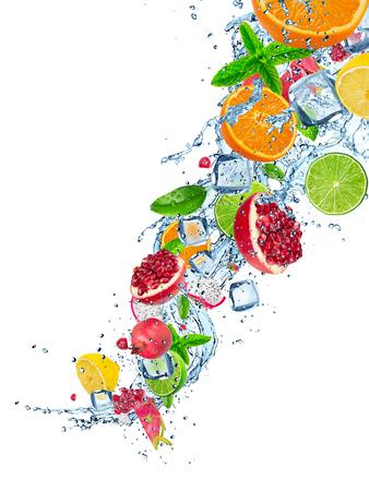 白、クローズ アップで水のしぶきで新鮮なフルーツ。 写真素材