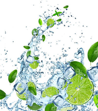 gaseosas: limas frescas en salpicaduras de agua sobre el fondo blanco