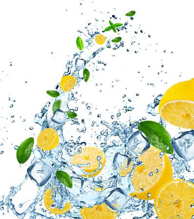 Limoni freschi in acqua spruzzata su sfondo bianco