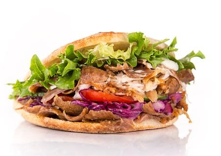 cerca de sándwich de kebab en el fondo blanco