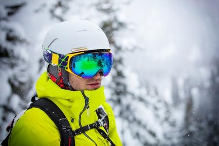 freeride: Freeride in fresh powder snow. Skiing.