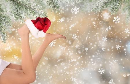 クリスマス背景を持つ美しい女性足クローズ アップ。