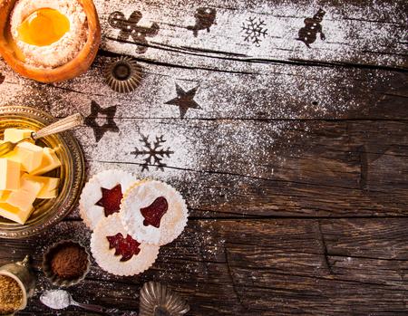 오래 된 나무 테이블에 크리스마스 수 제 쿠키