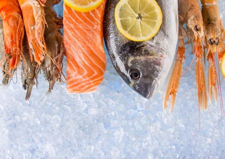 新鮮な魚介類に砕いた氷、クローズ アップ。