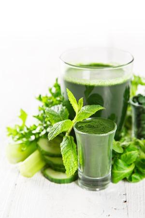 Healthy smoothie verde en un vaso con verduras.