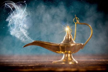 Aladdin lámpara mágica con el humo. Foto de archivo - 72162114