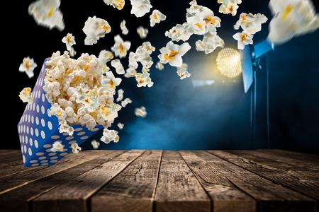 Esplosione del popcorn sulla vecchia tavola di legno, primo piano. Archivio Fotografico - 74656860