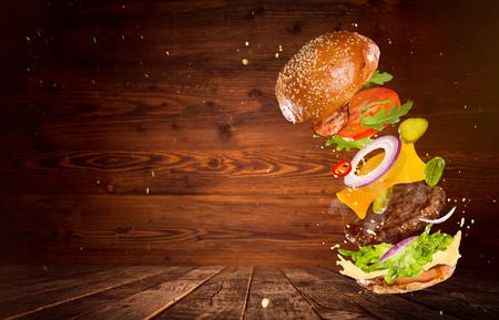 재료를 비행 함께 큰 맛있는 햄버거. 스톡 콘텐츠