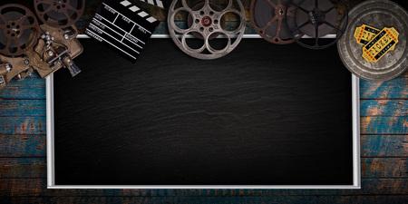 Bioscoopconcept van vintage filmrollen, klappenbord en projector.