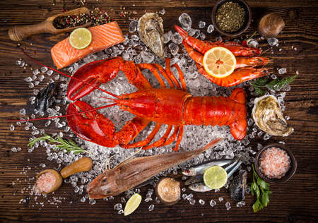 Frische leckere Meeresfrüchte serviert auf alten Holztisch. Draufsicht Nahansicht. Standard-Bild - 78162176