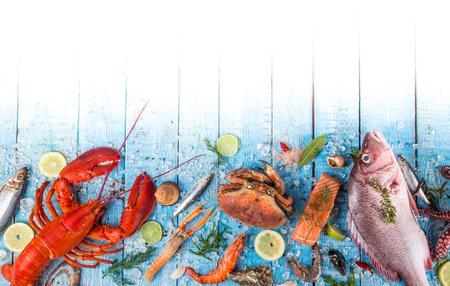 Verse smakelijke zeevruchten geserveerd op oude houten tafel. Bovenaanzicht. Detailopname.