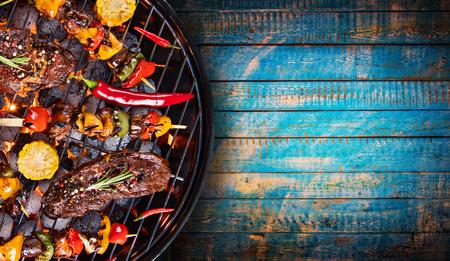 Barbecuegrill met rundvleeslapjes vlees, close-up.