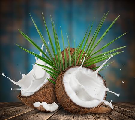 牛乳のスプラッシュとココナッツのクローズ アップ。 写真素材