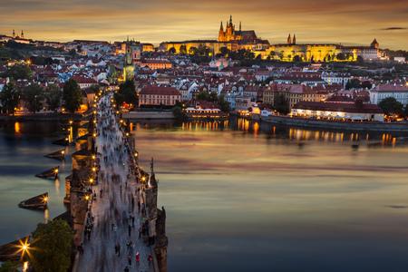Castelo de Praga após o pôr do sol. Europa, república checa. Foto de archivo