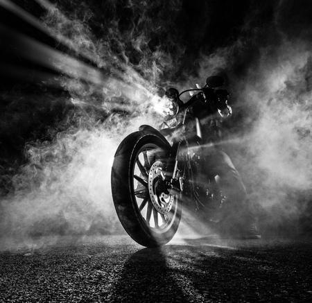 Hochleistungs-Motorrad-Chopper in der Nacht. Standard-Bild - 80622708