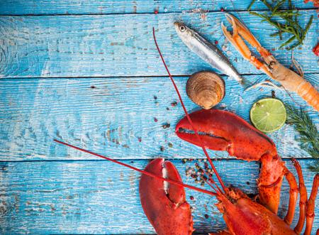 Verse smakelijke zeevruchten die op oude houten lijst worden gediend. Stockfoto