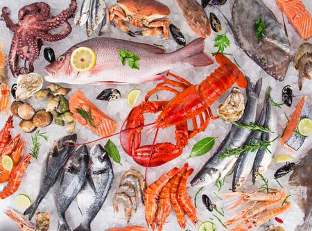 古い木製のテーブルで新鮮な美味しい魚介類を楽しめます。