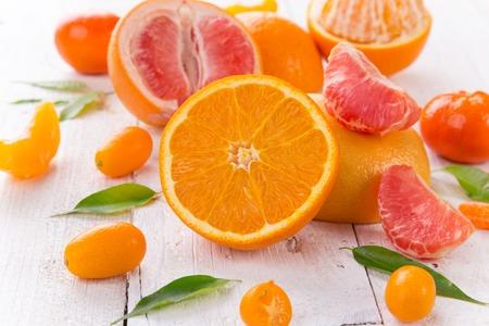 Frische gemischte Früchte auf Jahrgang weißen Holztisch. Standard-Bild - 81213526