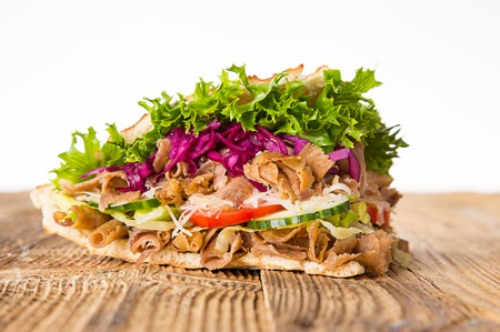 白のケバブ サンドイッチのクローズ アップ。