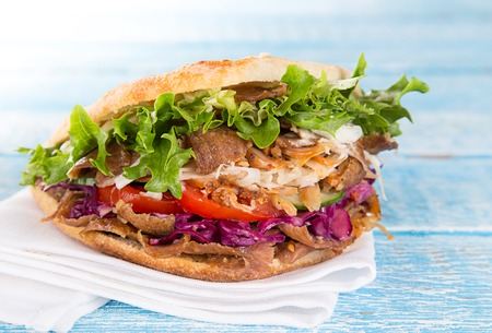 Primo piano del panino kebab sul vecchio tavolo di legno. Archivio Fotografico - 81341067