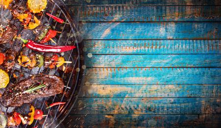 바베 큐 정원 쇠고기 스테이크, 상위 뷰와 그릴.