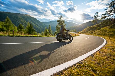 Motorfietsbestuurder die in Alpiene weg, Nockalmstrasse, Oostenrijk, Midden-Europa berijden.