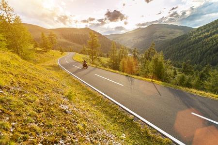 알파인 고속도로, Nockalmstrasse, 오스트리아, 중앙 유럽에 타고 오토바이 운전자.