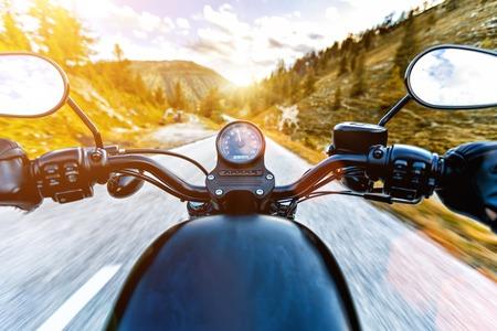 알파인 고속도로, 핸들보기, 오스트리아, 중앙 유럽에 타고 오토바이 운전자.