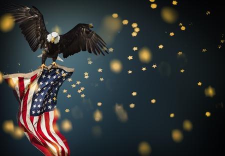 アメリカ国旗を掲げた北アメリカの白頭ワシ。愛国的概念。 写真素材