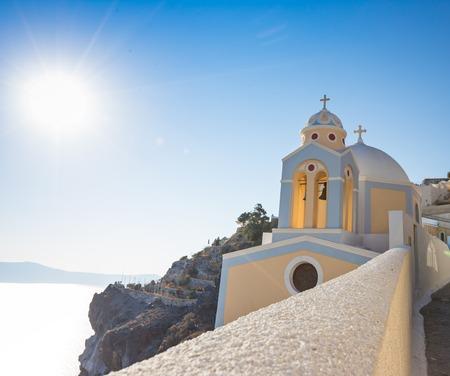 산토리니 섬, 그리스에 Fira 마을 가장자리에 아름 다운 노란 교회 돔.