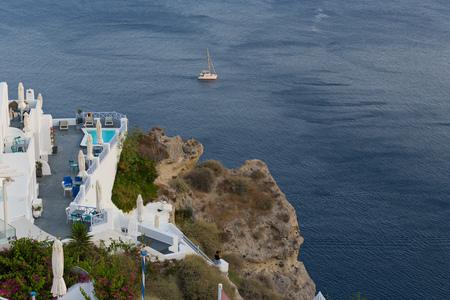 Witte architectuur bij eiland Santorini. Zwembad in romantisch luxehotel in Oia-stad. Prachtig panoramisch uitzicht op de Middellandse zee.