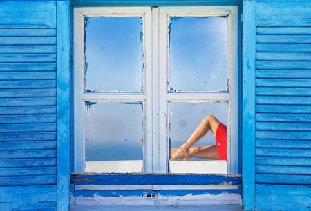 Mooi vintage Grieks raam met blauwe luiken op een witte muur. Typische Griekse foto. Stockfoto - 85258728