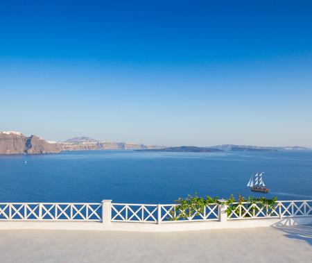 그리스, 산토리니 섬, 바다에 아름 다운보기와 Oia 마.