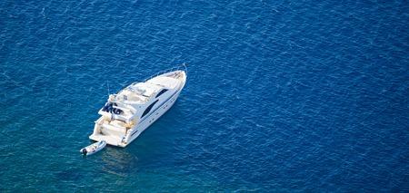 深い青い水のボート、サントリーニ島、ギリシャ。上からの眺め。