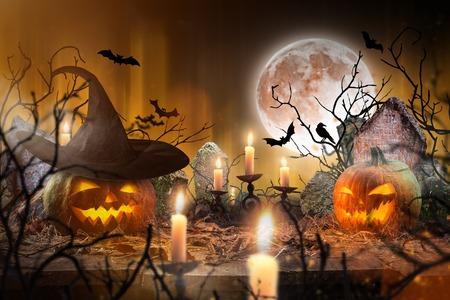 Abóboras de Halloween em tábuas de madeira. Foto de archivo - 86177055