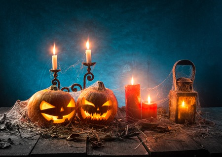 Halloween-Kürbise auf hölzernen Planken Standard-Bild - 86249063