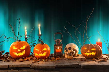 Halloween pompoenen op houten planken.
