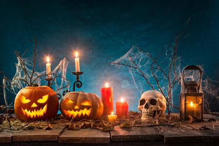 Halloween-Kürbisse auf Holzbohlen. Standard-Bild - 87481774