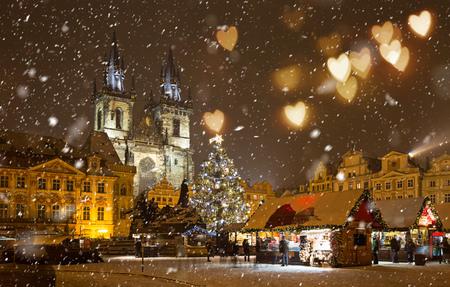 크리스마스 동안 프라하시의 중심에서 겨울 밤에 올드 타운 스퀘어.