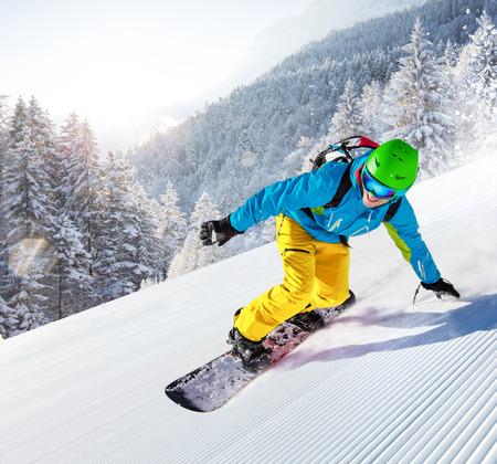 Skiërs skiën omlaag in hoge bergen Stockfoto - 89665886