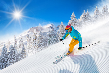 Esquiador esqui downhill em altas montanhas Foto de archivo - 90235904