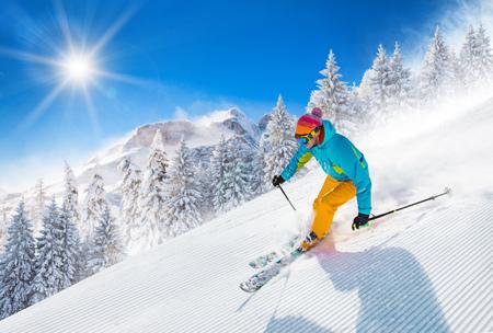 Narciarz na nartach w wysokich górach