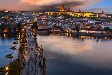 日の出の間プラハのカレル橋。中央ヨーロッパ、チェコ共和国。 写真素材