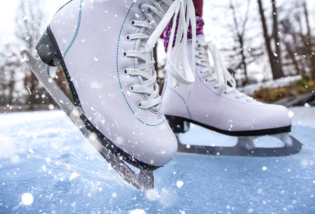 Close-up of woman ice skating on a pond on a freezing winter day Stok Fotoğraf - 89832636