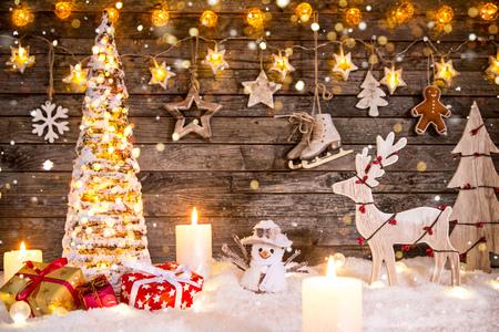Weihnachtsdekoration auf Holzuntergrund Standard-Bild - 90694867