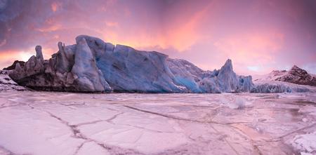 Beroemde Fjallsarlon-gletsjer en lagune met ijsbergen die op bevroren water, zuidelijk IJsland, Europa zwemmen.