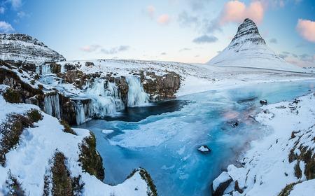 Wodospad Kirkjufell z góry zimą, Islandia, Europa.