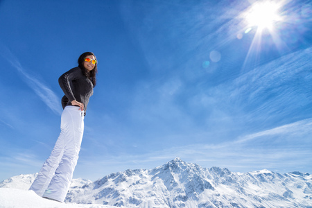 スキーで美しいブルネットの女性。冬の晴れた日。