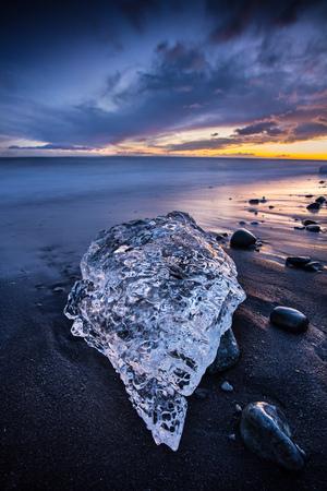 유명한 다이아몬드 해변, 아이슬란드 통해 아름 다운 석양입니다.