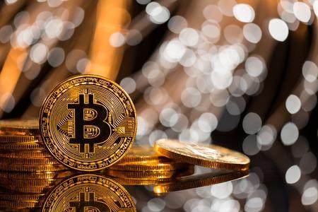 Bitcoin gouden munten met intreepupil abstracte achtergrond. Virtueel cryptocurrency-concept.